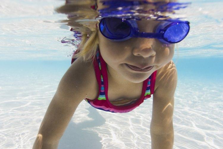 Permite a los niños explorar el agua.