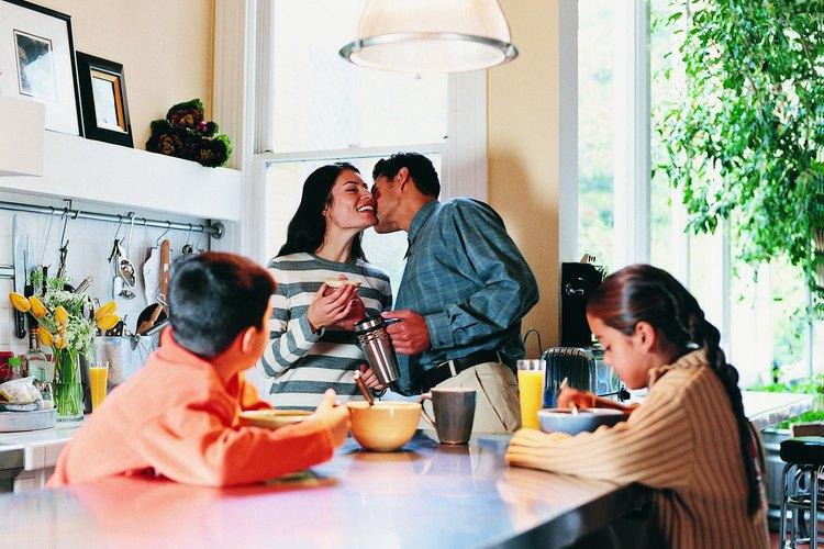 Besos y abrazos en frente de los niños pueden ser algo bueno.