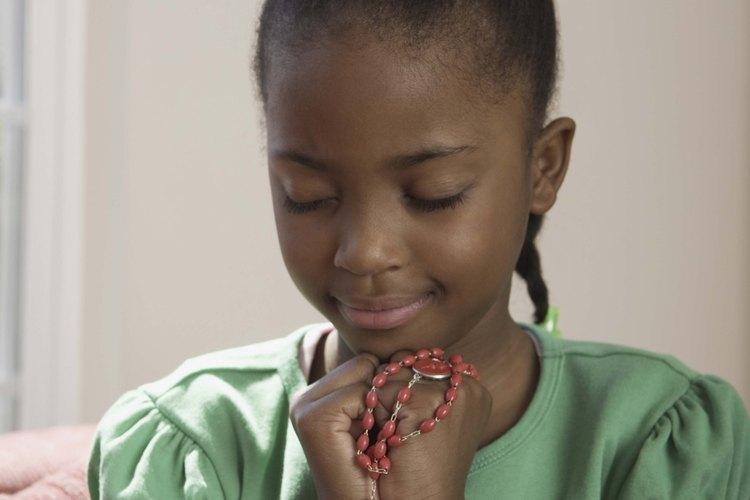 La mayoría de las iglesias católicas distribuyen rosarios sin costo, para que cada niño pueda tener el suyo.