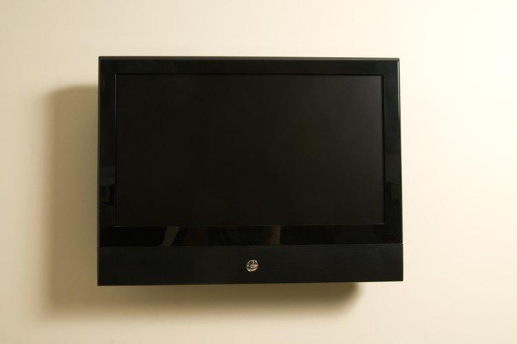 Instalar tu televisor en la pared despeja el espacio en el piso y te da un mejor campo visual.