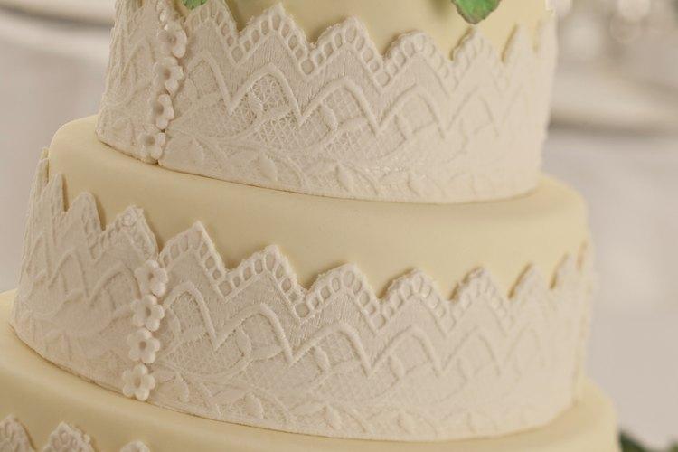 La construcción de un típico pastel de bodas le permite ser ensamblado en el sitio.