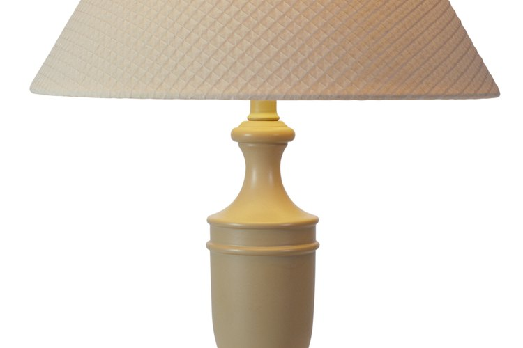 Convierte una lámpara aburrida en un objeto único de diseño con un poco de tela.