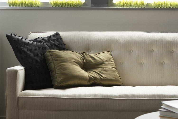 La longitud de un sofá de dos cuerpos típicamente varía entre 58 a 71 pulgadas (147,3 a 180,3cm).