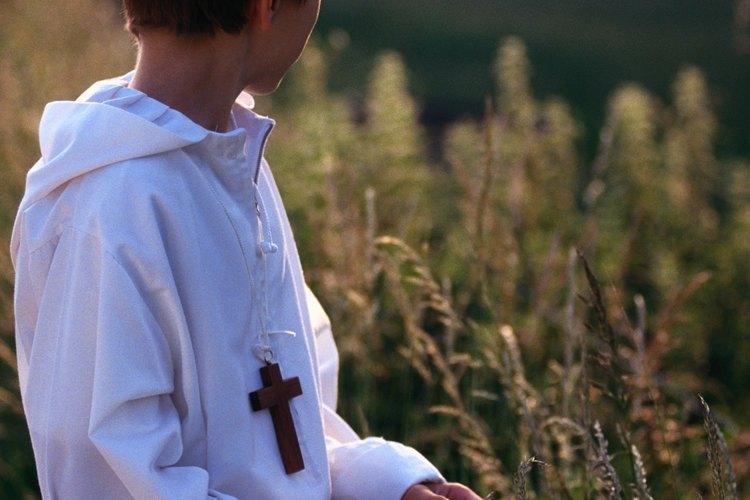 Si el adolescente va a tomar su comunión, puedes considerar un regalo que pueda usarlo durante la ceremonia.