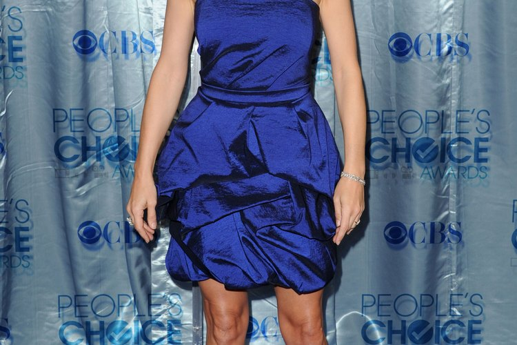 Añade un par de tacones negros a tu vestido azul marino como la actriz Kate Walsh.