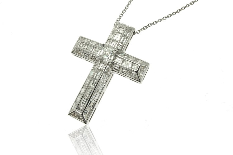 Para muchas personas, bendecir un collar de crucifijo es una forma de honrar la naturaleza sagrada de esta imagen.