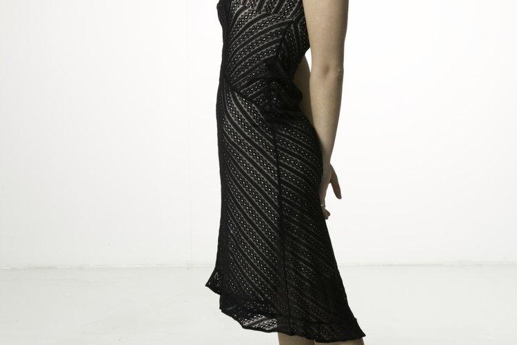 Un sencillo vestido negro es la prenda perfecta para tener en cualquier guardarropas femenino.