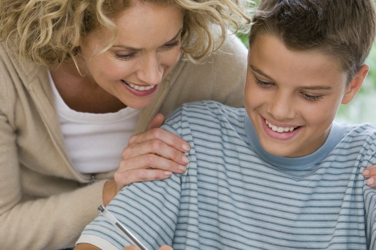 Los padres pueden ayudar a sus hijos con sus trabajos escolares.
