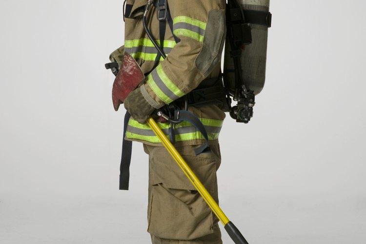 La ropa de un bombero está hecha con materiales especiales resistentes al fuego.