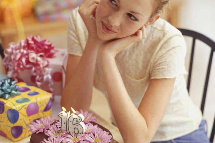 Celebra el cumpleaños número 16 con pastel y regalos especiales.