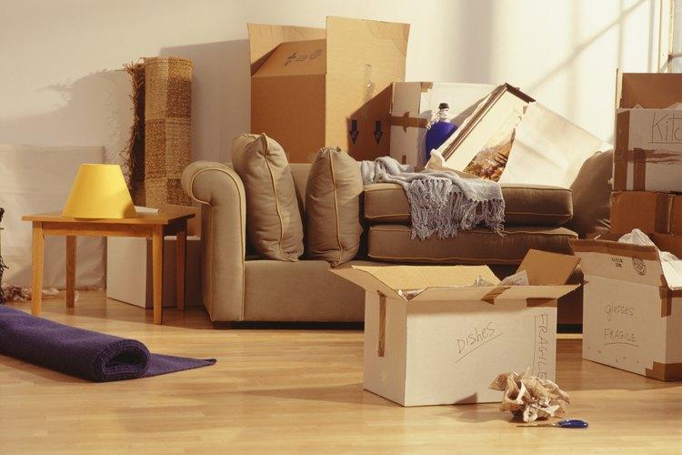 Reduce el estrés de una mudanza sacando los muebles pesados primero.