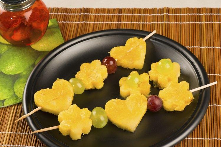 Las brochetas de frutas son dulces, saludables y convenientes bocadillos para las fiestas de los niños.