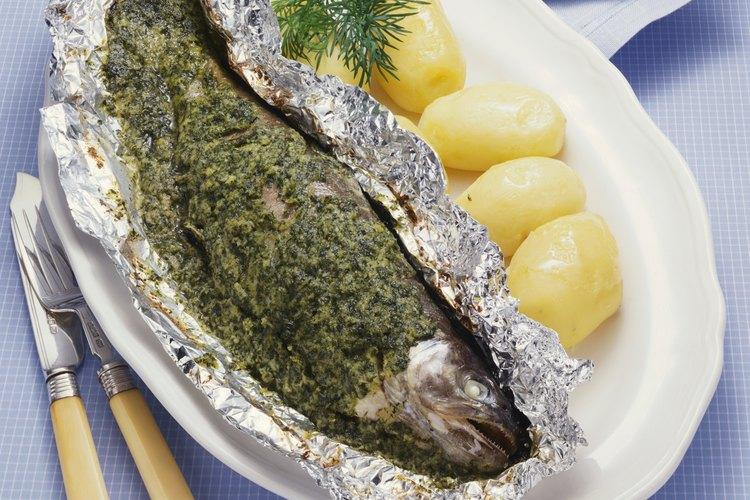 C mo cocinar pescado al vapor con papel aluminio - Papel para cocinar ...