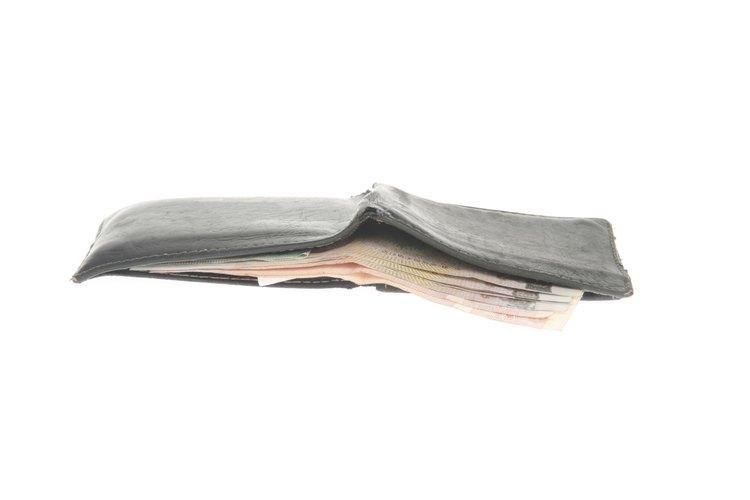 La cartera plegadiza es una opción clásica que se dobla por la mitad y tiene dos secciones.