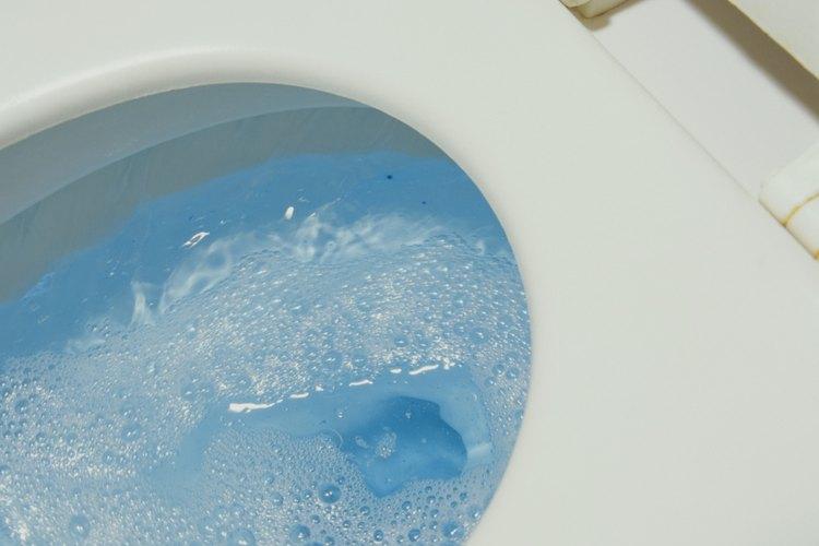 Reparar un inodoro puede requerir limpiar cualquier tapón primero.