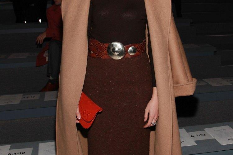 Lauren Remington Platt usa medias de color marrón con falda marrón en la feria de moda de otoño Monique Lhuilier de 2011.