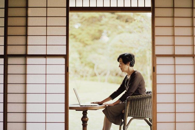 Las puertas shōji son un tipo traslúcido de pantalla usadas tradicionalmente para dividir paredes en las casas japonesas.