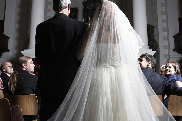 Las novias altas pueden necesitar largo extra, así que mide el tul de pie.