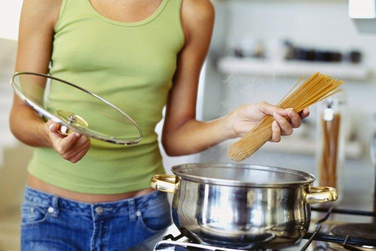 El almidón que contiene la pasta es lo que hace que los fideos se apelmacen.