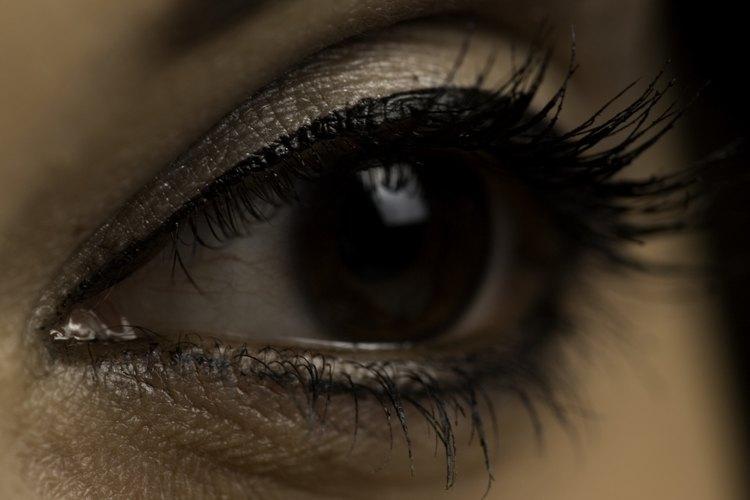 Considera los pros y los contras antes de ponerte cejas permanentes.
