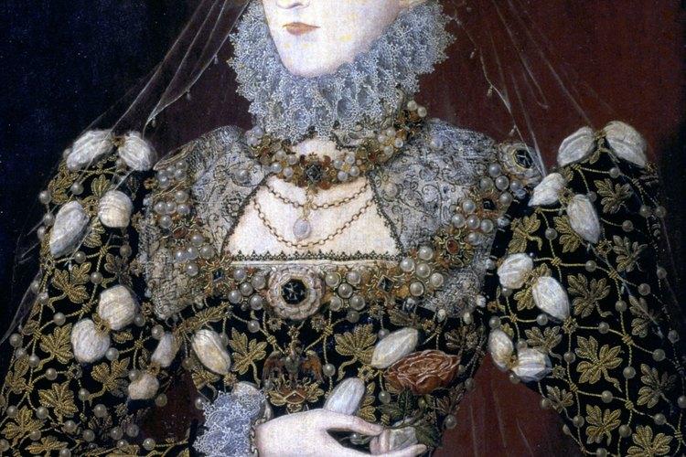 La joven reina Isabel se muestra con un collarín y con mangas muy elaboradas.