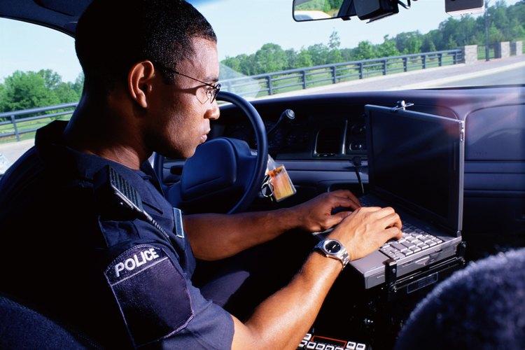 La policía lleva a cabo procedimientos de búsqueda de criminales por delitos relacionados con drogas.