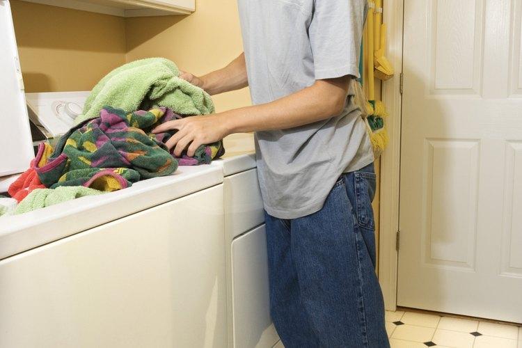 Algunas personas prefieren no tener que agacharse para tener acceso a una lavadora de carga frontal.