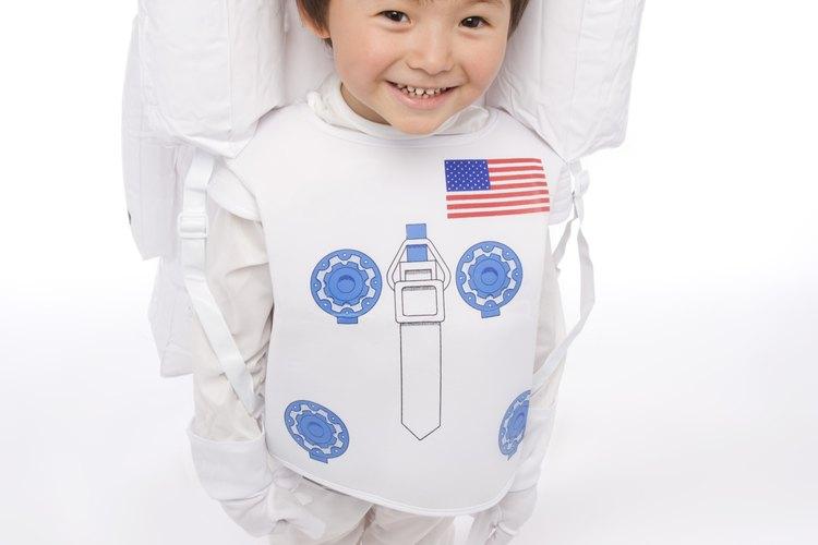 Los astronautas típicamente visten blanco o naranja.
