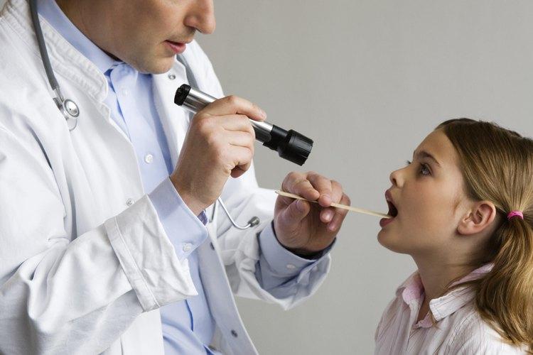 El pediatra evalúa a tu pequeño en las etapas de desarrollo.