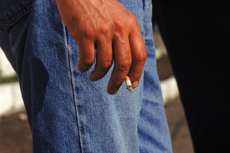 Algunos fumadores no se dan cuenta de que sus dedos siempre huelen a cigarrillo.