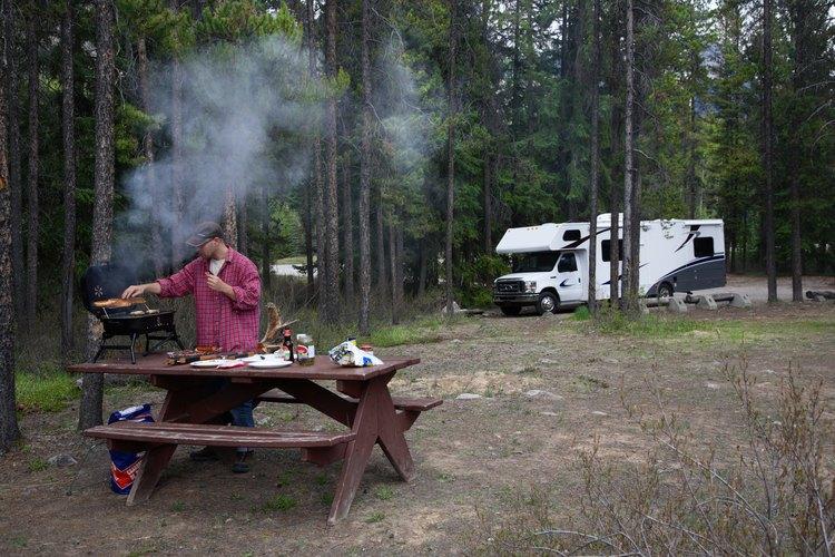 El campamento bajo los pinos en el borde Mogollon.