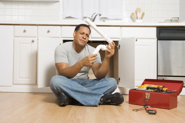 El tamaño correcto de los tubos de PVC evitan las obstrucciones en el fregadero de la cocina.