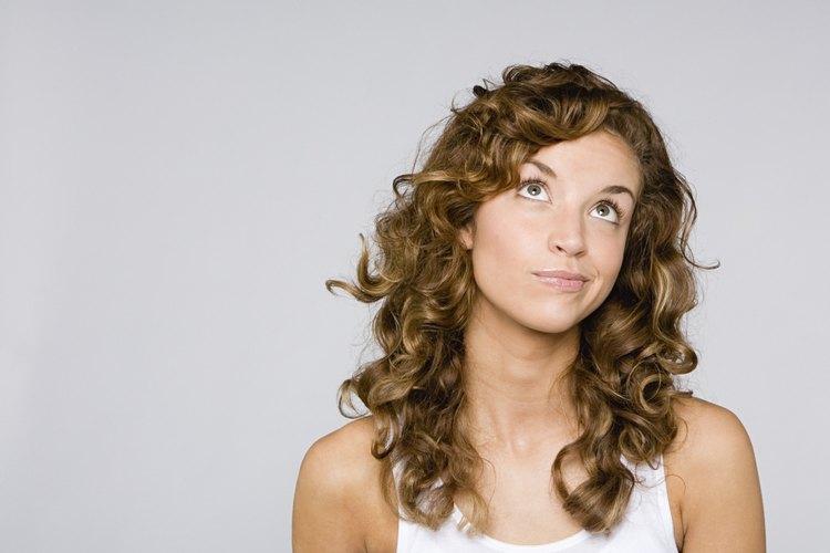 Dar un corte de cabello a una persona que tiene pelo rizado puede ser más difícil y frustrante que cortar pelo lacio.