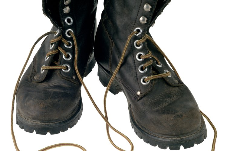 Las rajaduras y la erosión hacen que los zapatos de cuero parezcan desgastados.