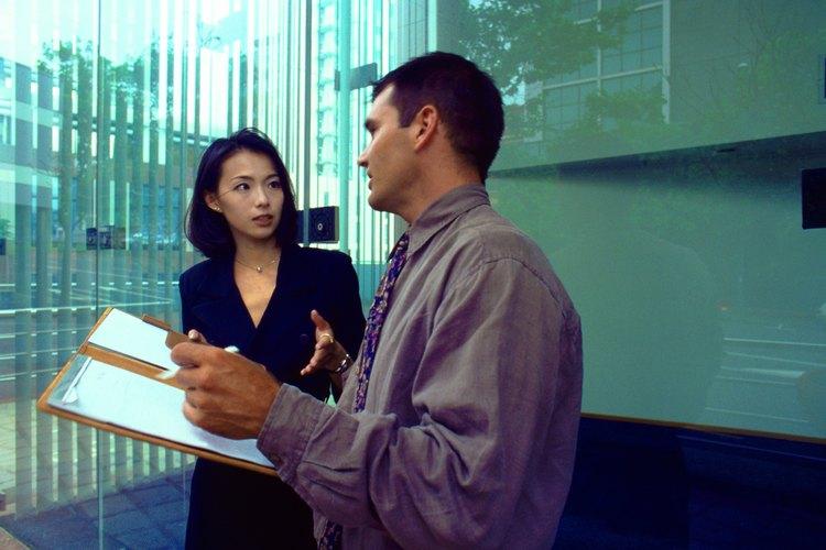 Hombre discutiendo con informe en la mano.