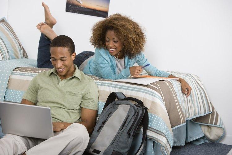 Un peluche y edredones coloridos agregarán personalidad a tu dormitorio.