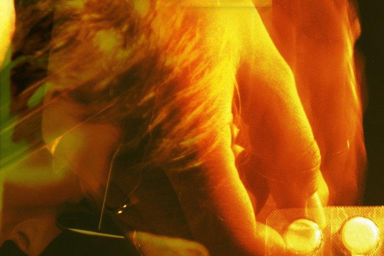 Estate atento a las reacciones fuertes y destructivas de la situación que causan el dolor, como el abuso de drogas o alcohol, cortes, exceso de sueño, ataques de ira o la retirada total de la vida familiar y social.
