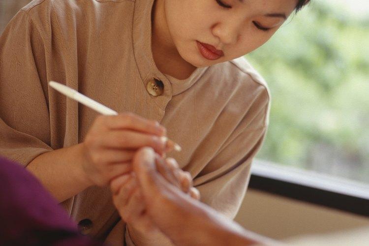 La mayoría de los técnicos de uñas pueden obtener una formación, una licencia del estado y estar listos para solicitar trabajo en menos de siete meses.