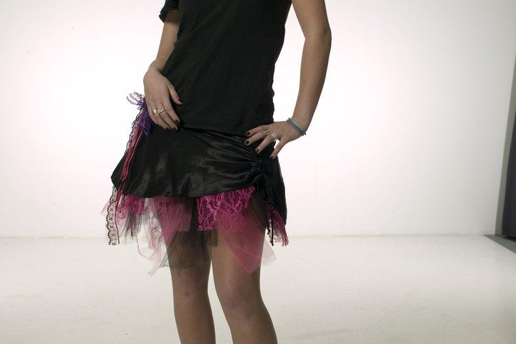 Este vestido ultra-corto se alargó con muestras de telas transparentes.