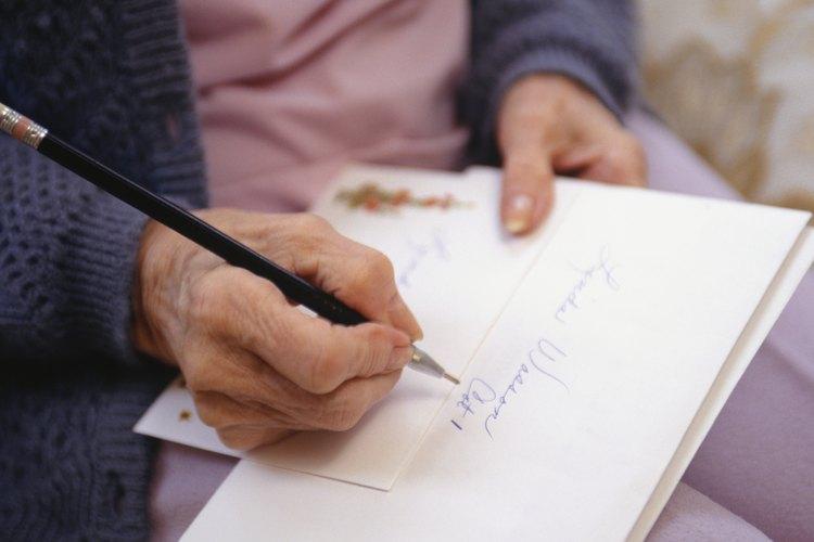 Escribe cartas de condolencia a mano, con tinta.