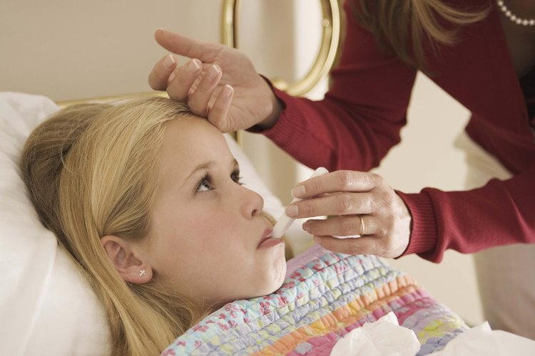 Haz que tu hijo use sus labios y dedos para sostener el termómetro en el lugar.