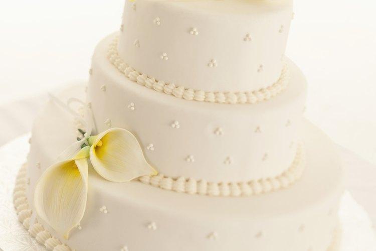 El uso de un pastel de fantasía cubierto en fondant es una medida cada vez más popular para reducir los gastos en las bodas de hoy en día.