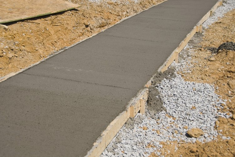 Se utilizan muchas herramientas para distribuir y suavizar la superficie de cemento.