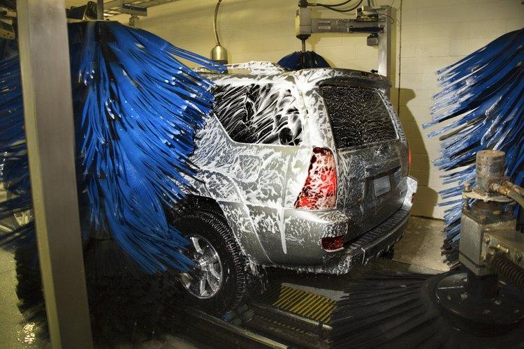 Límpialo en un lavado de vehículos.