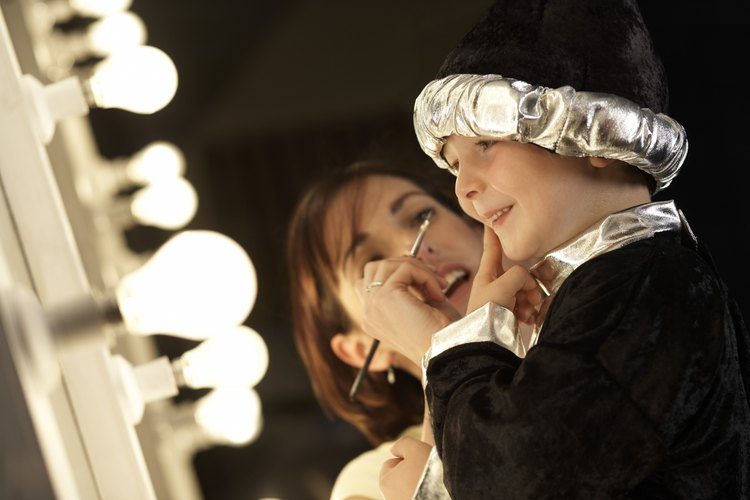Construye un espejo de maquillaje bien iluminado como los utilizados en Hollywood.