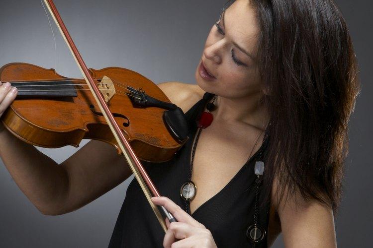 La música se produce al friccionar las cuerdas.