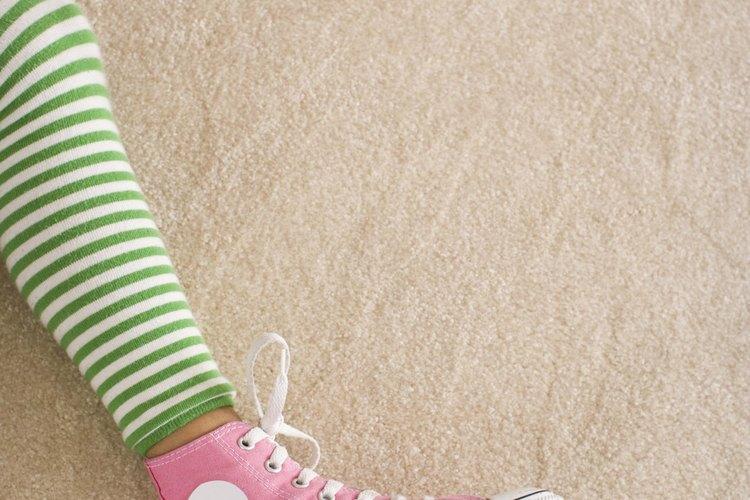 Mantén tus zapatos organizados con un zapatero hecho en casa.