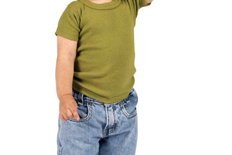 La ropa de niños pequeños debe quedar ajustada y las piernas del pantalón deben ser enrolladas para evitar tropiezos.