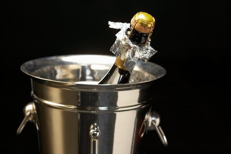 El color champagne se usa mucho para las bodas, tanto en los vestidos como en la decoración.