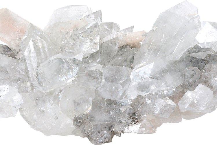 Los cristales inorgánicos se transforman en estructuras complejas.